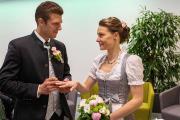 Bräutigam gibt Braut ihren Ring.