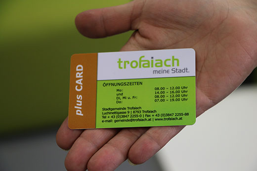 Bürger hält die Trofaiach Plus Card in der Hand